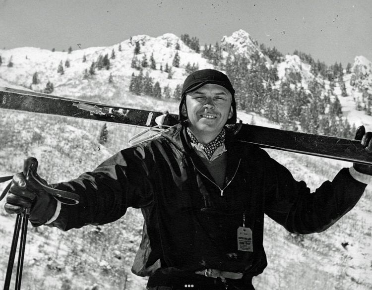 Howard Head holding his skis across his shoulders.